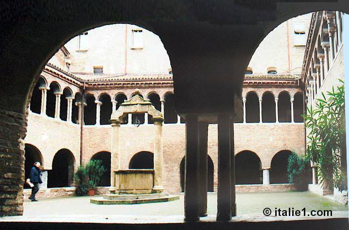 Cloître de Santo Stefano à Bologne