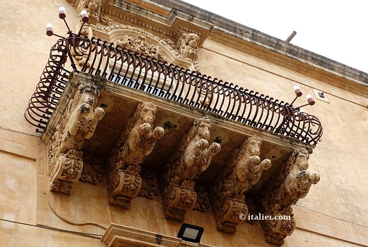 Balcons à Noto en Sicile